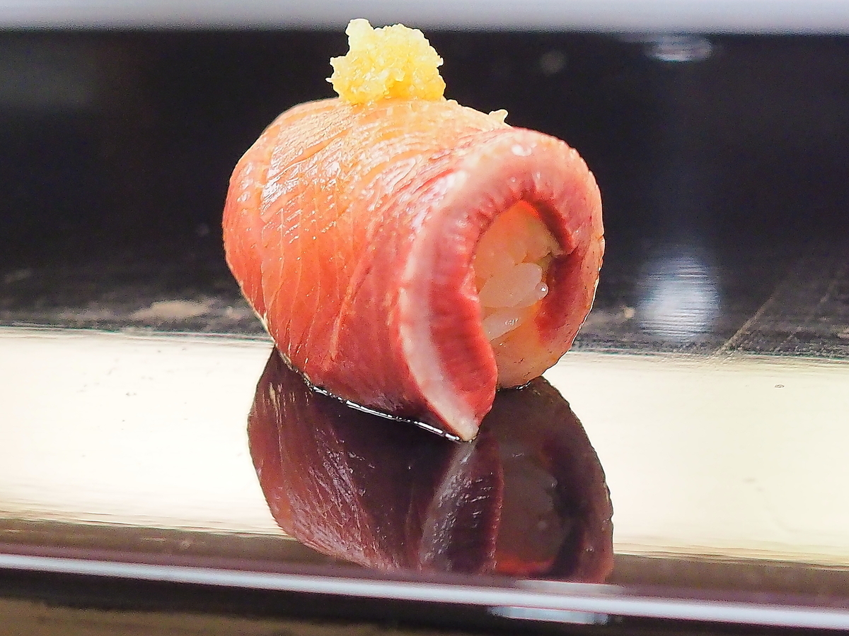 ぶりのにぎり鮨を巻くような仕上げで,柚子おろしを載せて