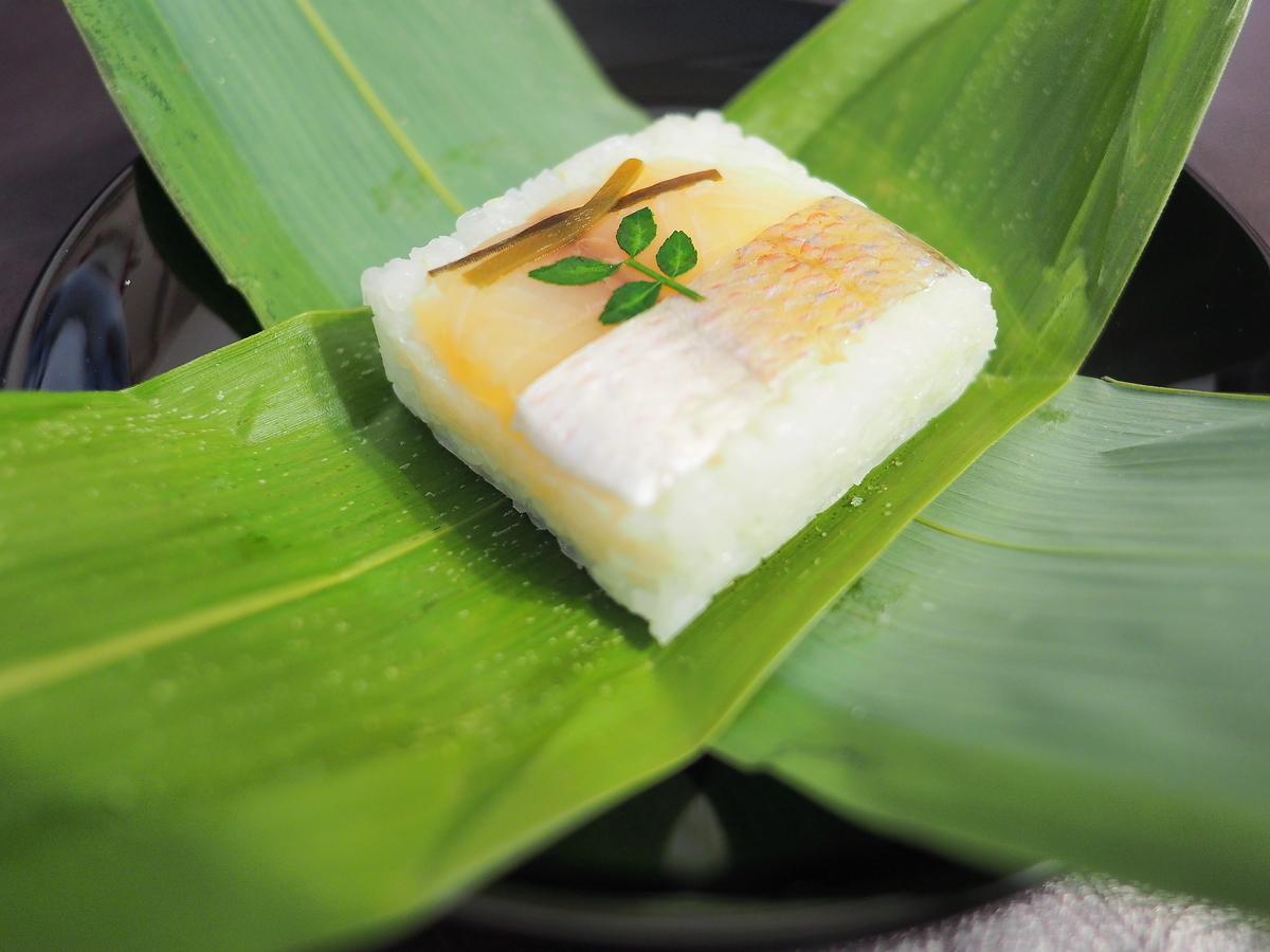 金沢でもっとも買われている笹2枚に包まれた押し寿司・笹寿司(芝寿し製)