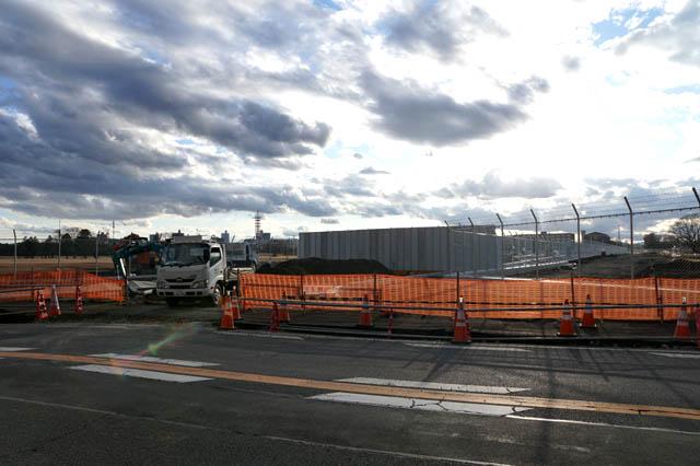所沢米軍通信基地を東西に横断する新道路の東側の交差点の工事現場