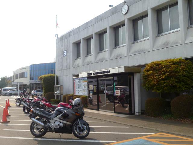 所沢自動車検査登録事務所のB館前に停めたバイク