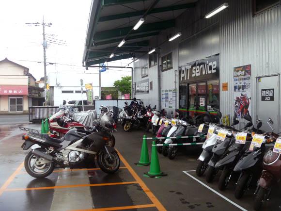 2りんかん所沢店の店頭に並ぶバイクと車検で預入待ちのZZR400