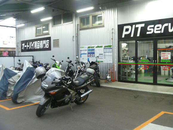 車検明けで2りんかん所沢店のピット前に駐車したZZR400