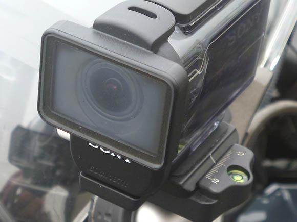 バイクに取り付けたアクションカメラのハウジングが高温多湿で曇った