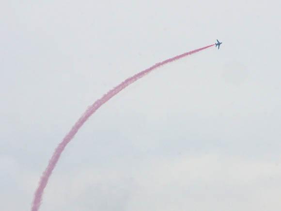 ピンク色のカラースモークを焚いて飛行するブルーインパルス