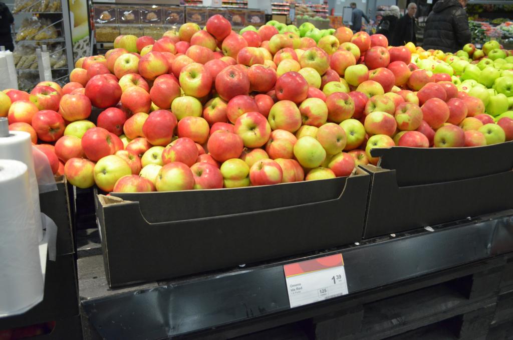 スーパーマーケットの山積みのリンゴ