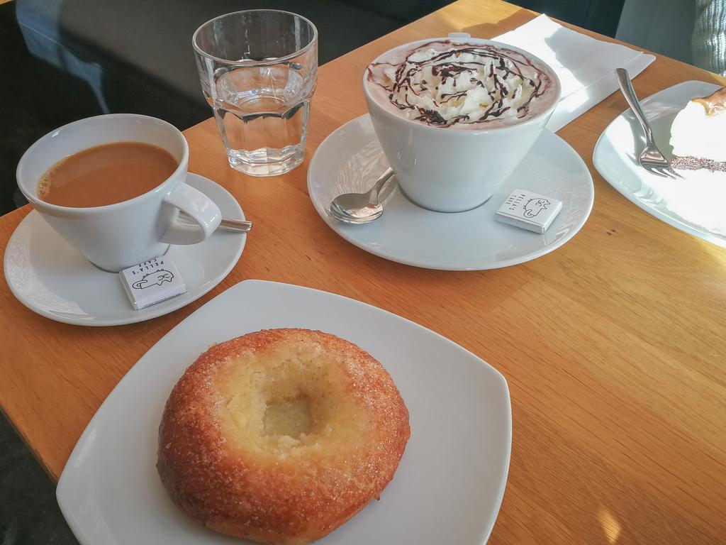 コーヒー、菓子パン、ココア