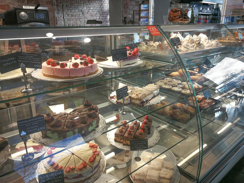 PELLA'S CAFE ショーケースに並ぶケーキ