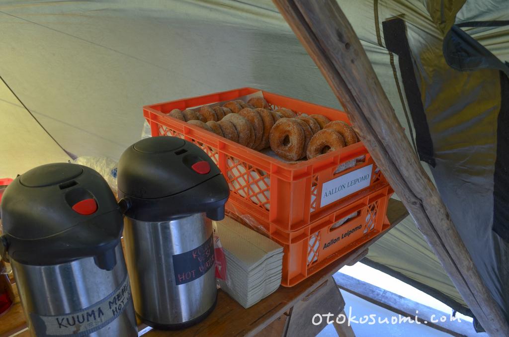 テントの中ではコーヒーやドーナツ