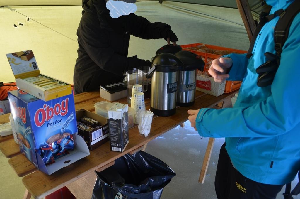 テント内でコーヒーとドーナツを購入