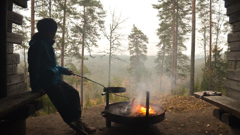 絶景を眺めながら焚き火でソーセージを焼く