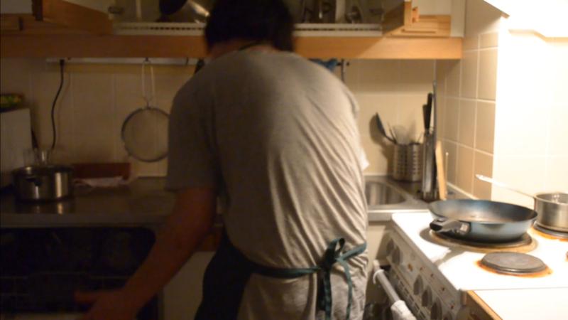 キッチンで食器の片付けをしているところ