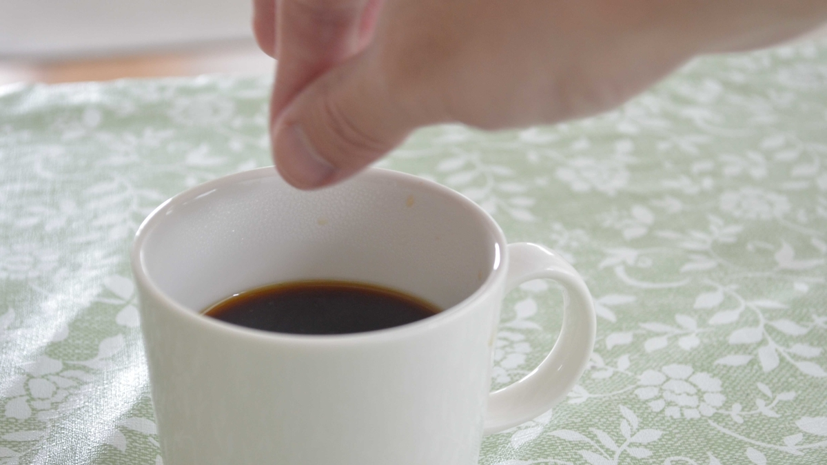 コーヒー1杯に対して重曹少々を入れて飲んでみる