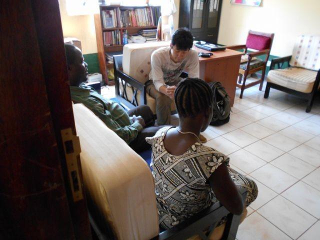 アフリカの内戦で傷つく女性