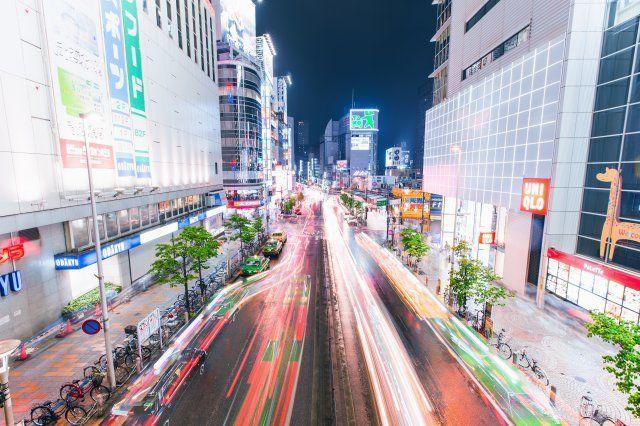 夜行バスが走る東京の様子