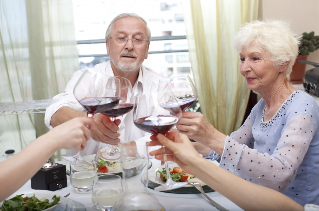 食事を楽しむ人々