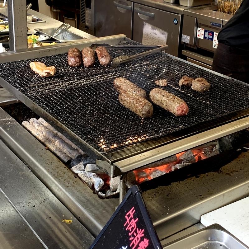 ブロンコビリーはオープンキッチン形式。炭火焼で丁寧に肉を焼く