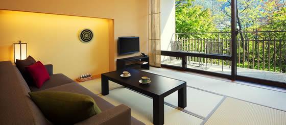 界 鬼怒川 景色が良い客室 ソファとテーブル