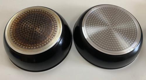 左:使用後(処分直前)のフライパン裏面 右:使用前(購入直後)のフライパン裏面