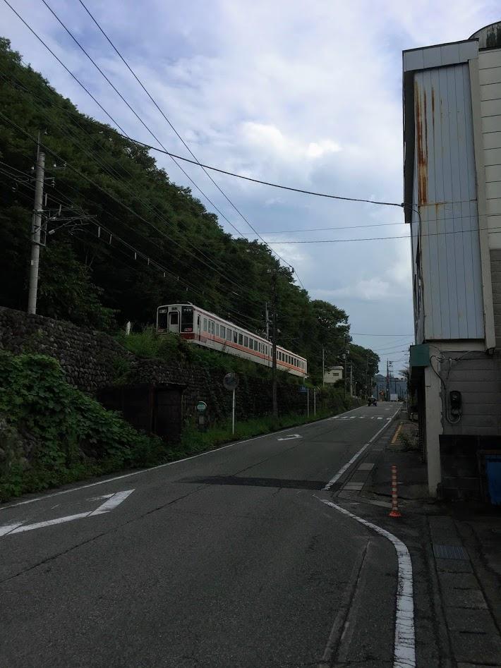 鬼怒川温泉廃墟ホテル側から見た東武鉄道