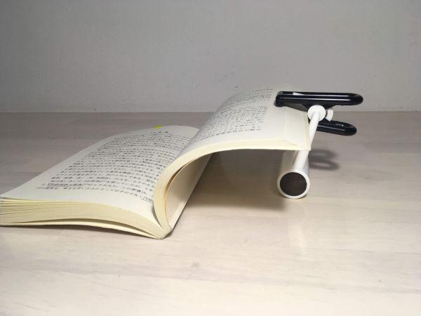トモエ算盤のブックストッパーで本を開いたままに