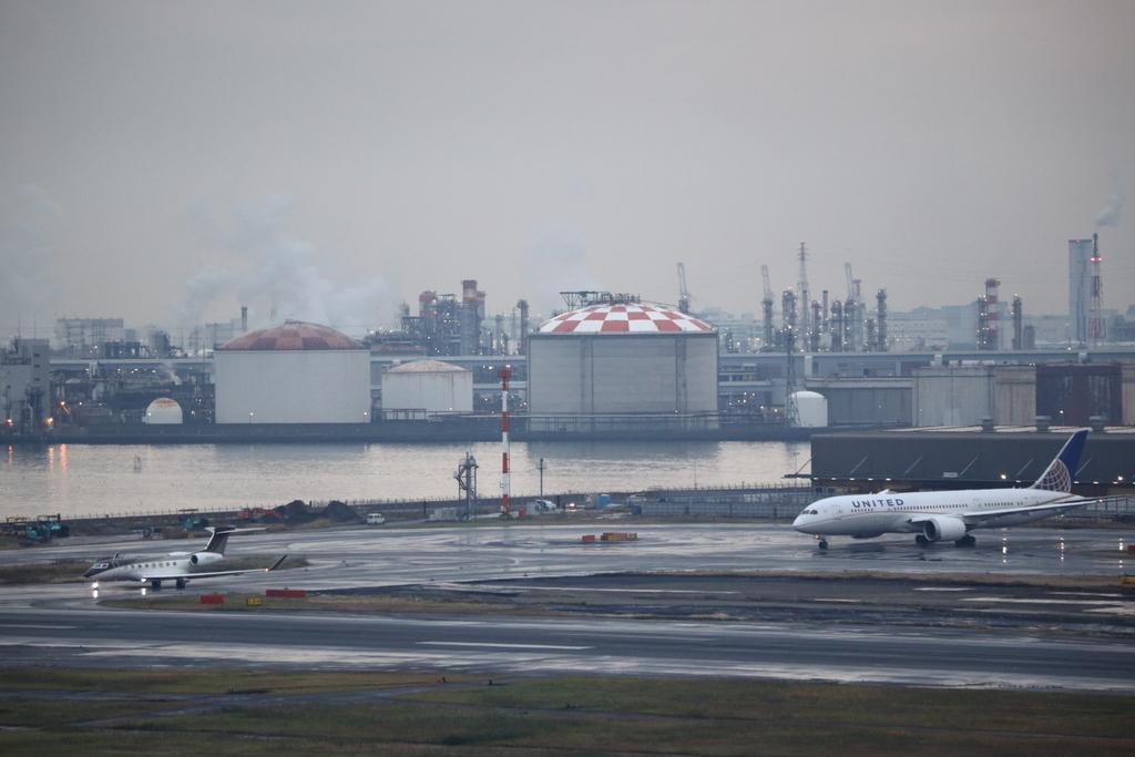 羽田空港A滑走路を横断するビジネスジェットとシンガポール航空のエアバスA350