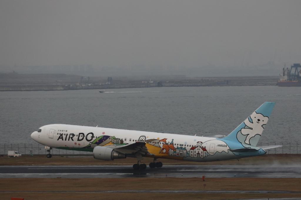羽田空港新C滑走路を離陸するAIRDOのボーイング767