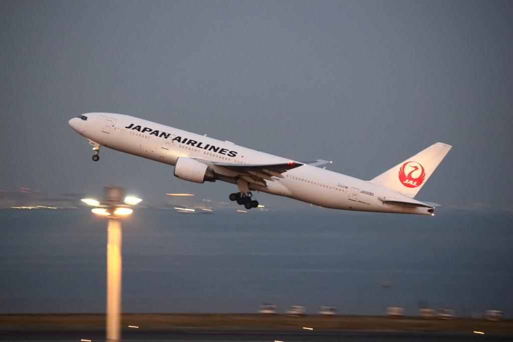 羽田空港新C滑走路を離陸するJALのボーイング777