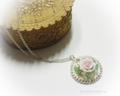 粘土で作ったバラと天然石のシルバーネックレス。