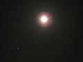 輝く満月と木星。