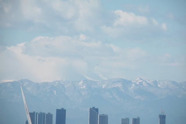 今日の富士山。雲の向こうに隠れる姿。