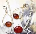 琥珀と真珠のアクセサリー。