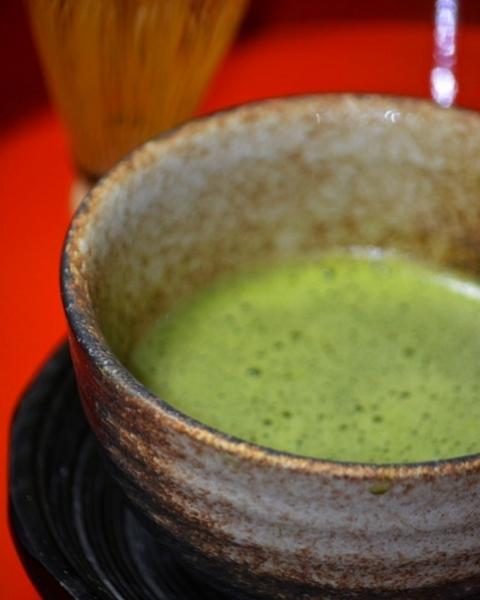 茶立て。今日のお茶は静岡産の抹茶です。