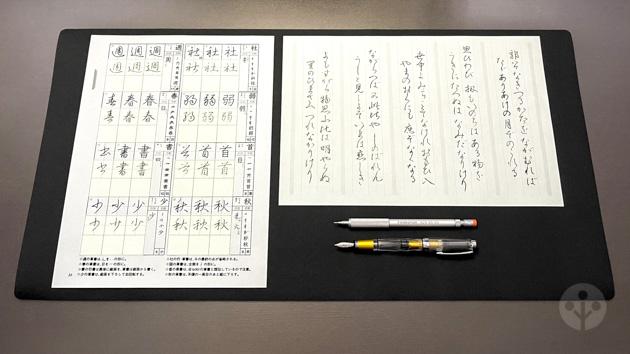 硬筆用下敷と同じ材質のデスクマットの使用例