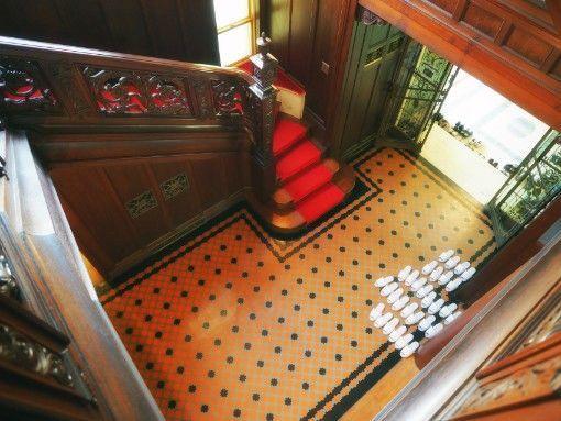 神戸・旧乾邸_住居の階段上から