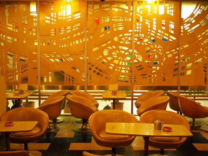 大阪駅前第一ビル・マヅラ・宇宙のような内装