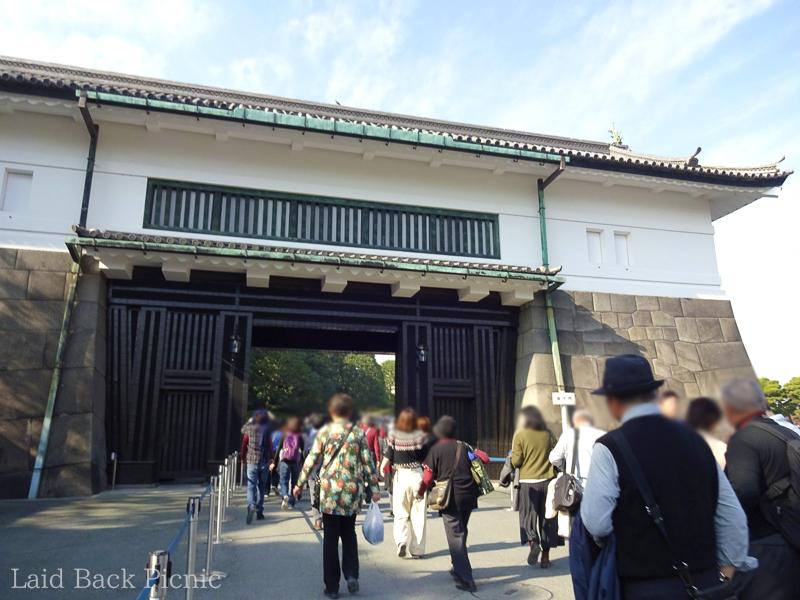 大きな門に黒い扉