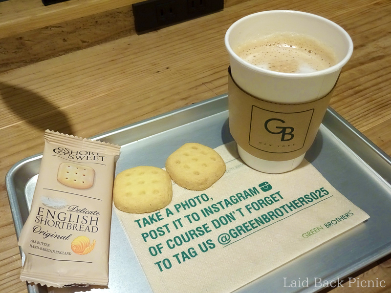 トレーにコーヒーとショートブレッドと、お店のペーパーナプキン