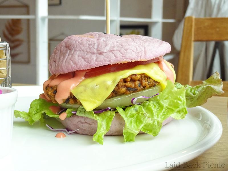 バンズがピンクのハンバーガー