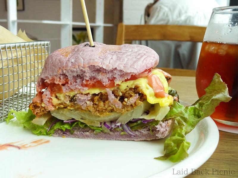 ハンバーガーの中身はビーガンチーズと大豆ミート