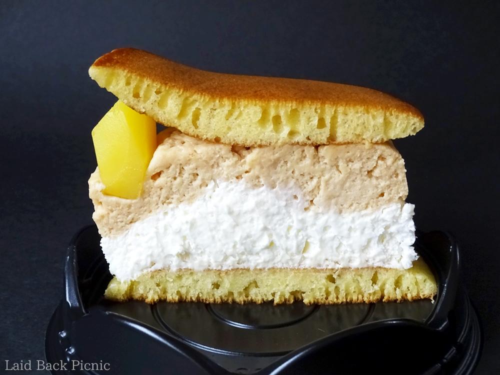 中のクリームは通常のどら焼きの三倍はある