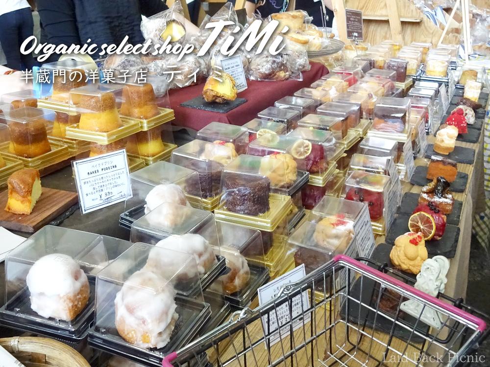 たくさんの洋菓子が並ぶイベントの店頭