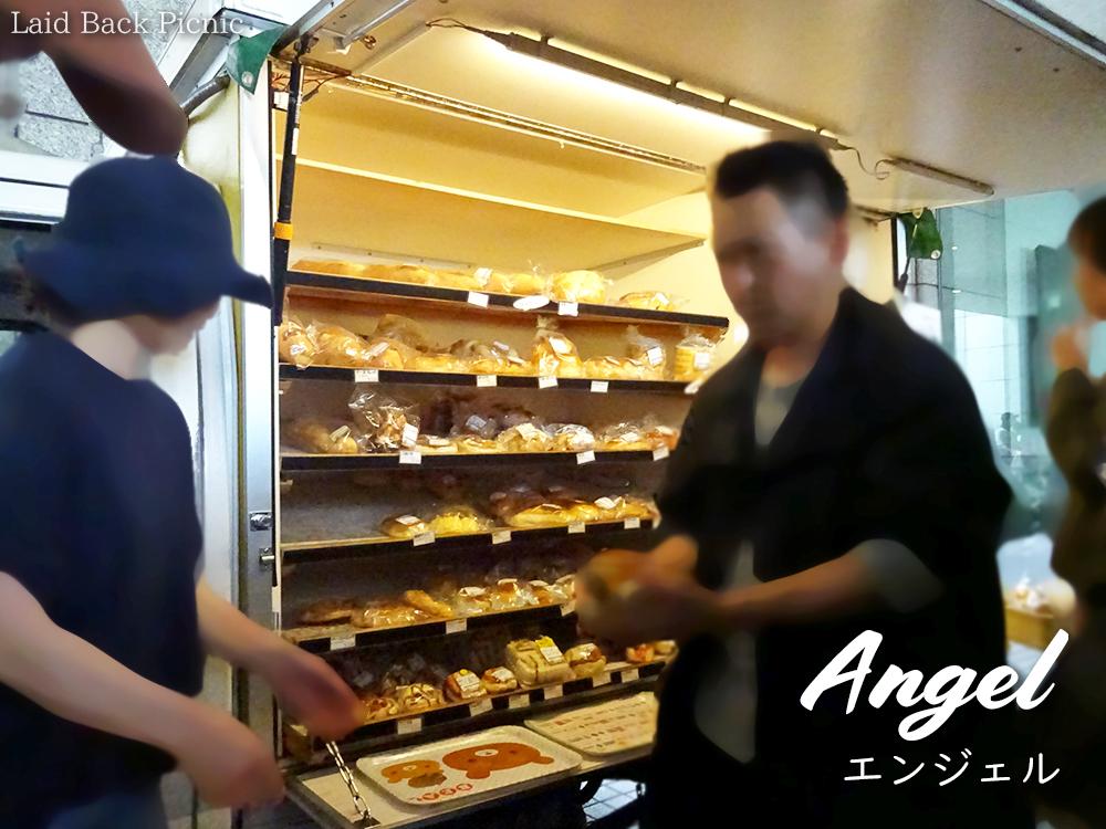 車の荷台がパンを並べる棚になっている
