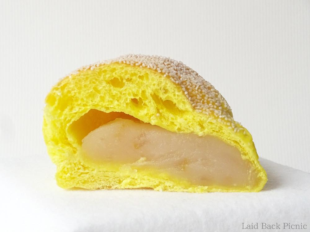 黄色いパン生地に、白あん入り