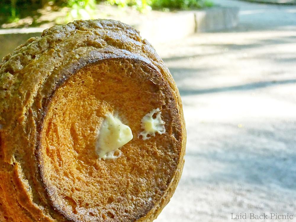 シュークリームの底面に、クリームを入れた穴を発見