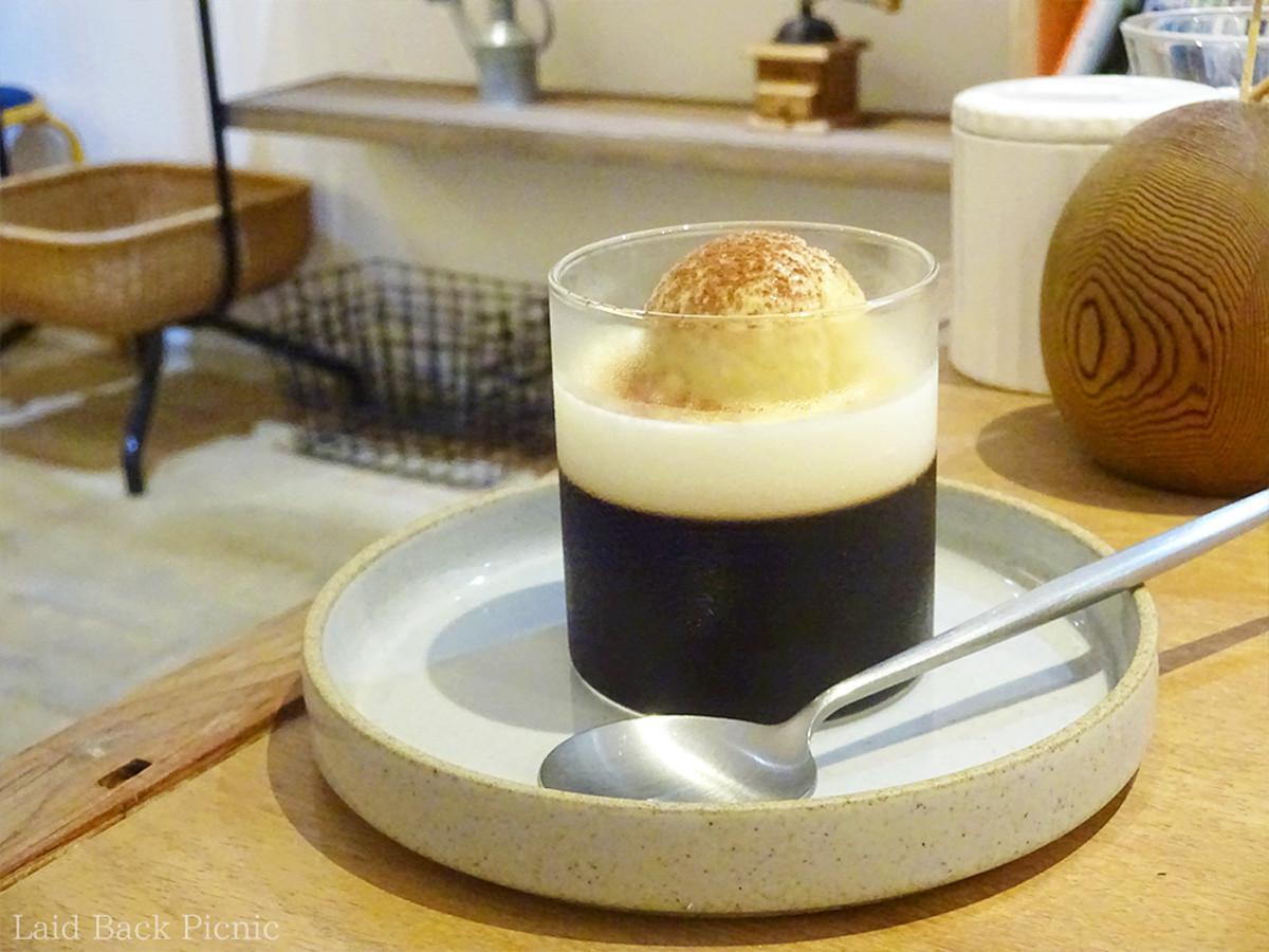 コーヒーゼリーの上には、コーヒー風味のアイス