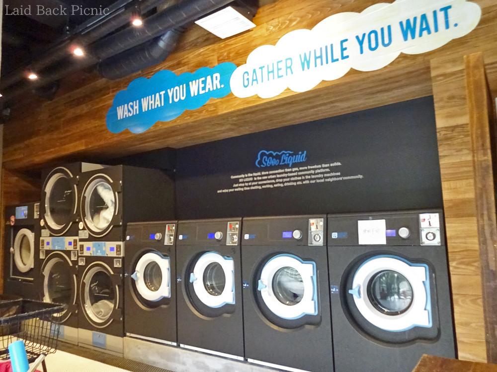 黒い洗濯機が並ぶ