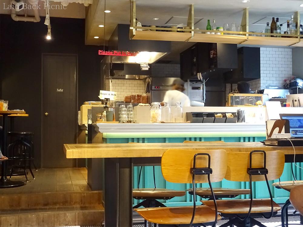 カフェはブルー系で明るい雰囲気