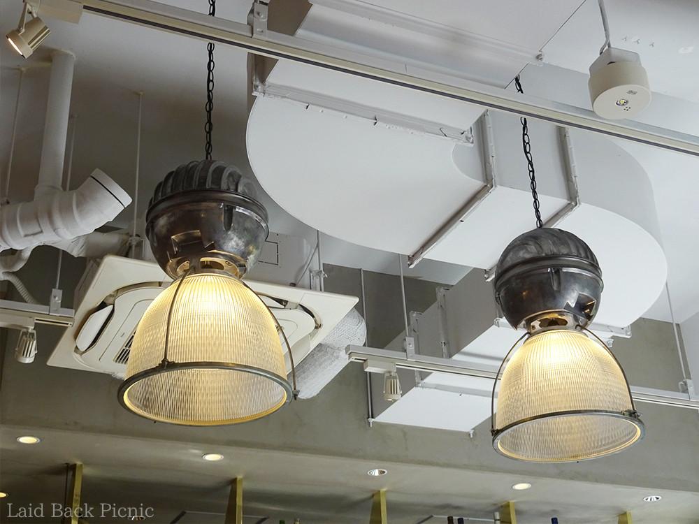 天井にはオシャレな照明