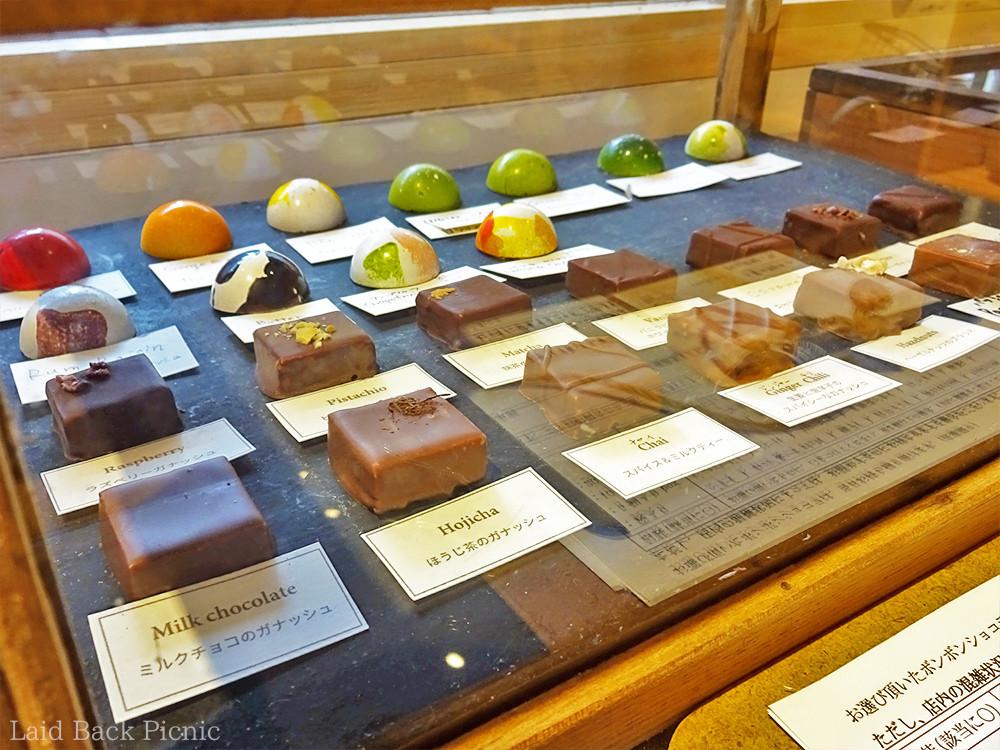 一粒ずつデザインの異なる、ひと口サイズのチョコレートが並ぶ