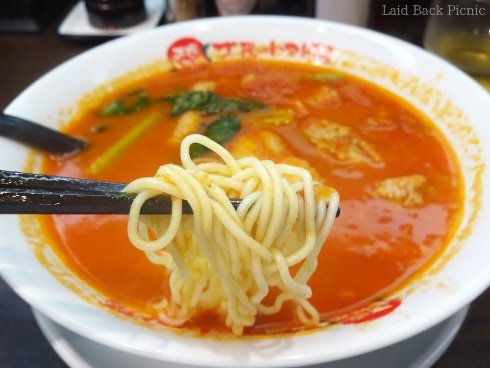 赤いスープに、細麺